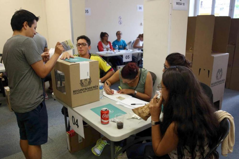 Un ciudadano colombiano vota en el consulado de su país en Barcelona