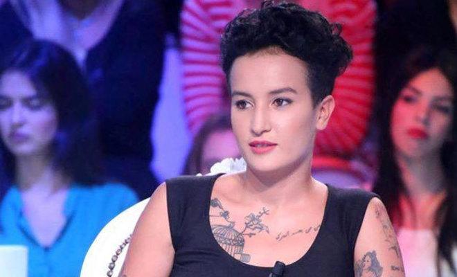 Amina Sbui, antes conocida como Amina Tyler, en el plató de Atessia TV.