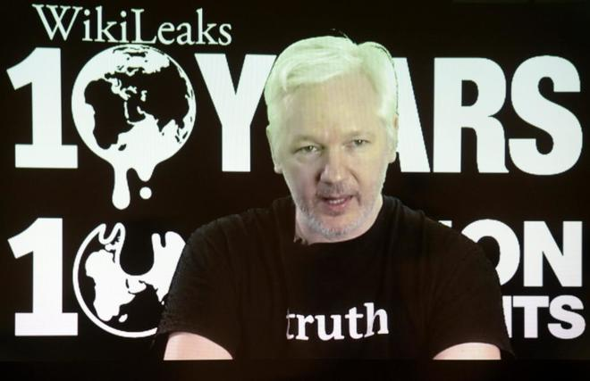El líder y fundador de WikiLeaks, Julian Assange, durante una videoconferencia con motivo del décimo aniversario de su organización, en Berlín.