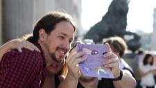 Pablo Iglesias se hace un 'selfie' a las puertas del Congreso de los...