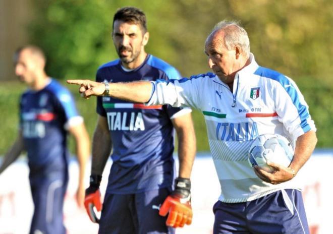 Giampiero Ventura dirige un entrenamiento de la selección italiana.