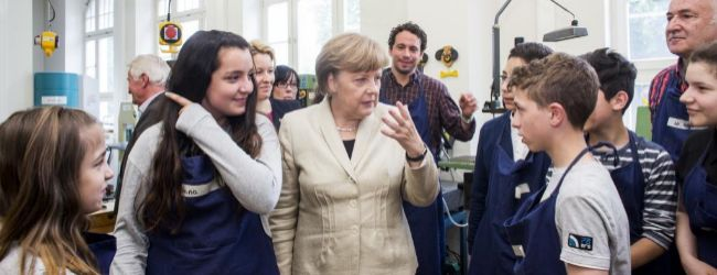 La canciller alemana Angela Merkel se reune con estudiantes del...