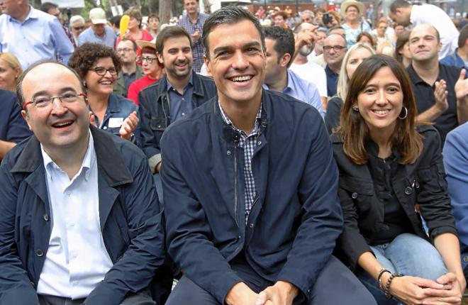 Pedro Sánchez, entre los dos dirigentes que compiten por liderar el...
