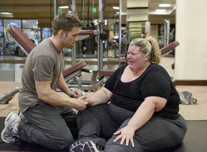 Chris Powell con Staci, una de sus clientas en  'Cambio radical: perdiendo peso'.