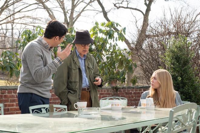 Woody Allen, entre los actores John Magaro y Miley Cyrus, en una...