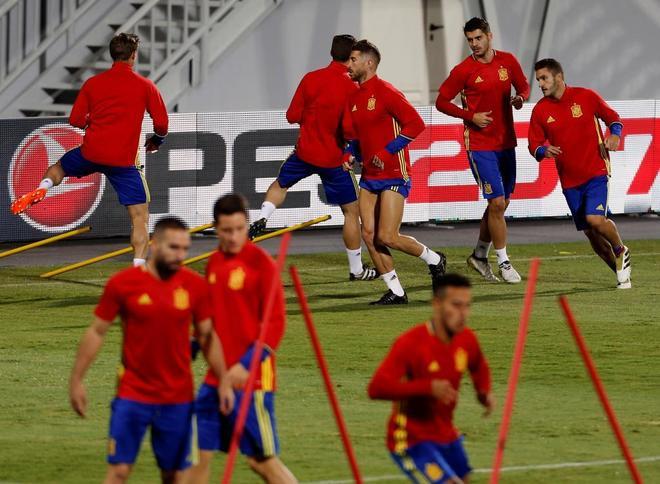 La selección española se ejercita en el estadio Loro Borici, de Shköder.