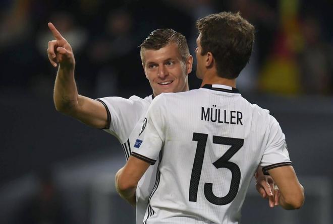 Müller felicita a Kroos tras su gol a la República Checa.