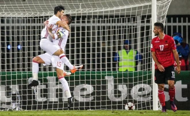 Nolito celebra con Sergio Ramos el 0-2 a Albania.