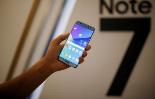 Una persona sostiene un modelo del Galaxy Note 7 de Samsung