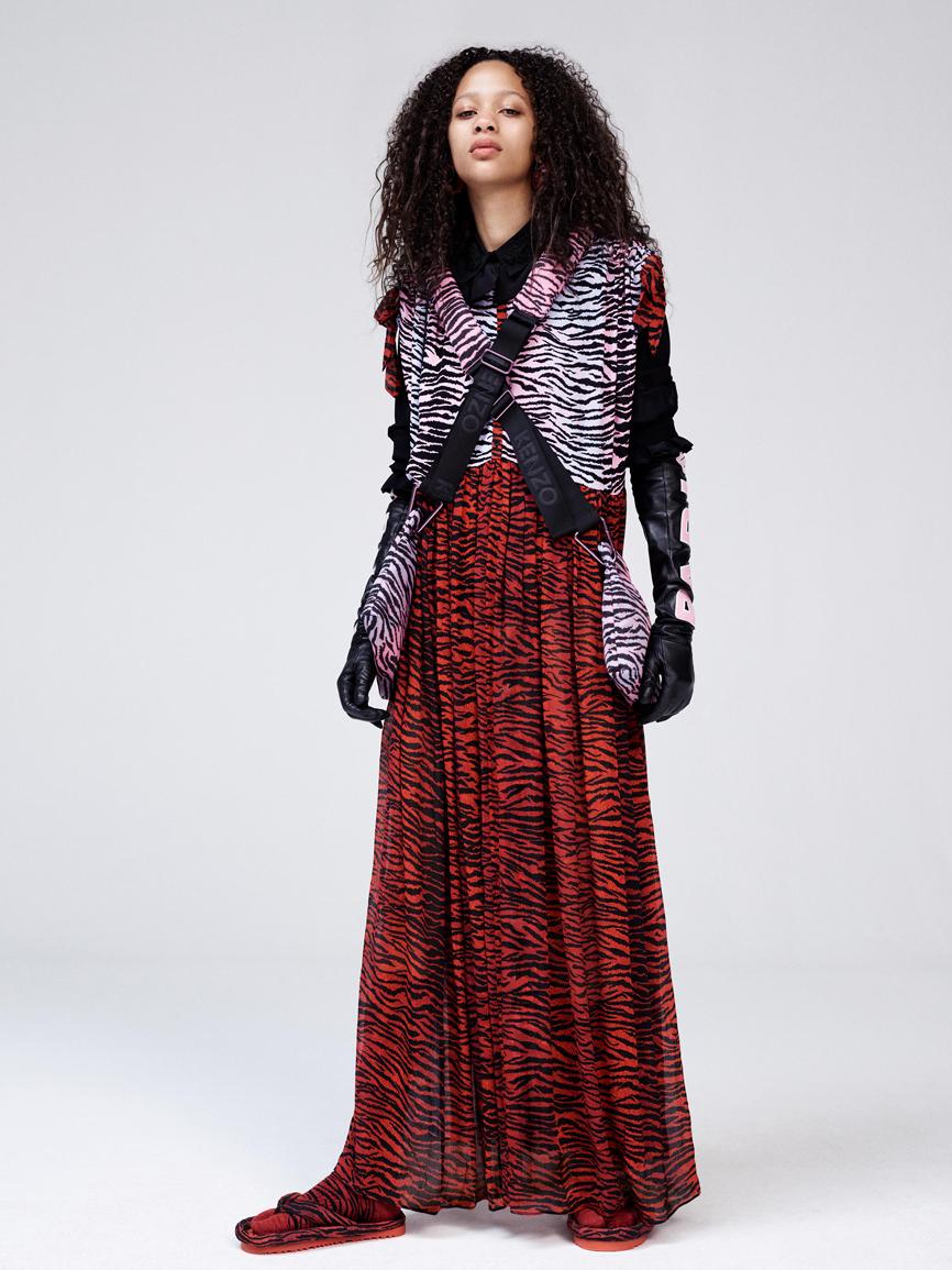 Blusa de seda (69,99 euros). Vestido de seda (149 euros). Guantes...