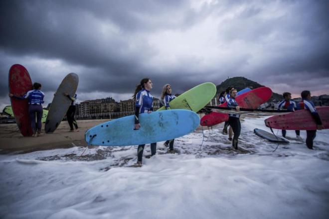 Surfistas disfrutan de las olas la pasada semana en San Sebastián.