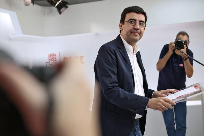 El 'número dos' de la Gestora del PSOE y portavoz de Susana Díaz en el Parlamento andaluz, Mario Jiménez, ayer en su rueda de prensa en Ferraz.