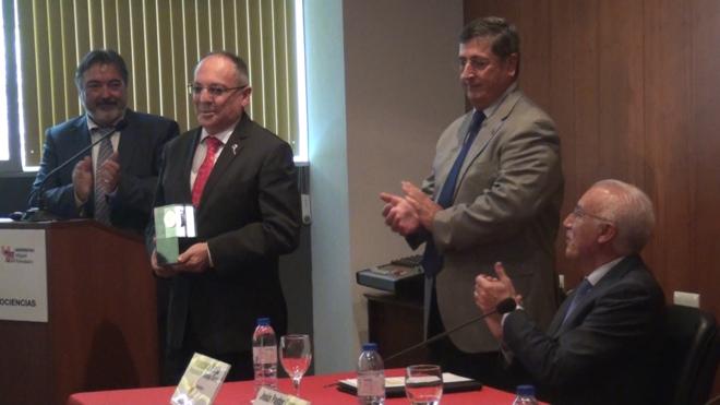 El investigador Juan Lerma, junto con el rector Jesús Tadeo Pastor, en la entrega de la Medalla de Oro