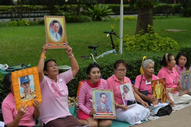 Mujeres sostienen el retrato del rey Bhumibol Adulyadej en apoyo al monarca.