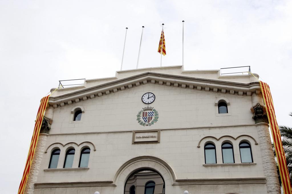 Fachada del ayuntamiento de Badalona el 11 de septiembre cuando retiraron la bandera española y  solo ondeaba la bandera catalana.