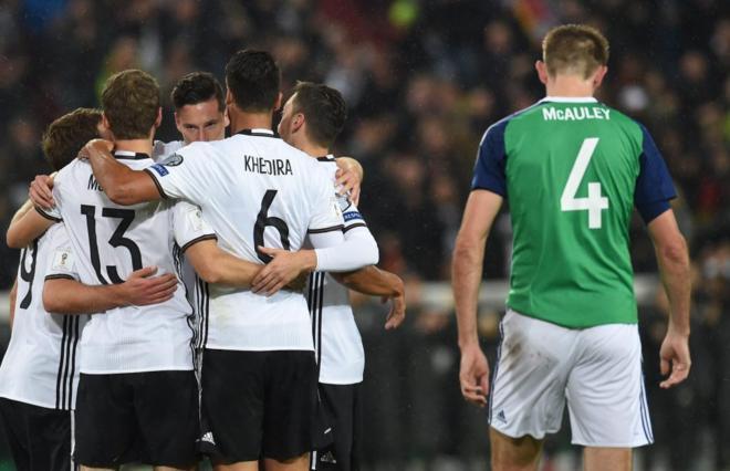 Draxler (c) celebra el primer gol de Alemania a Irlanda del Norte.