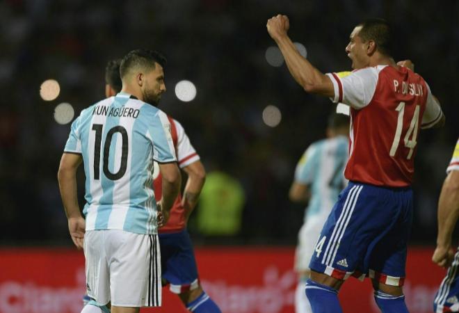 Paulo Da Silva celebra el fallo del Kun Agüero desde el punto de penalti.