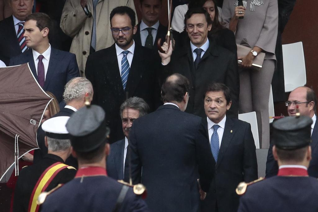 Mariano Rajoy saluda al presidente del principado de Asturias y de la...