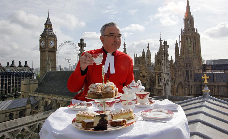 El decano de Westminster posa con una taza de té en el tejado de la...