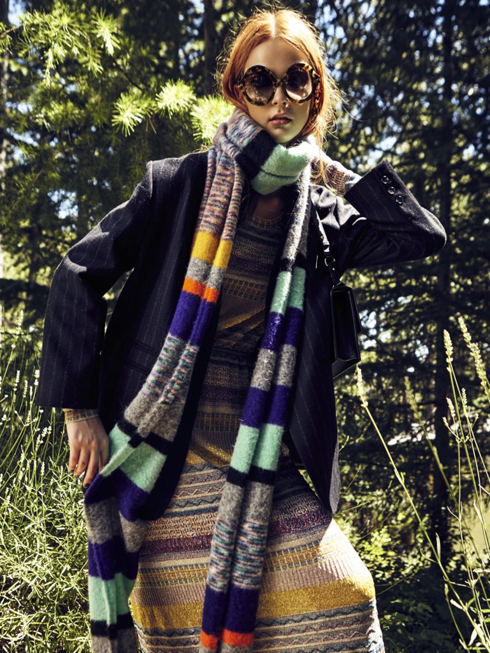 Vestido de punto jacquard (1.530 euros) y bufanda (390 euros), de...