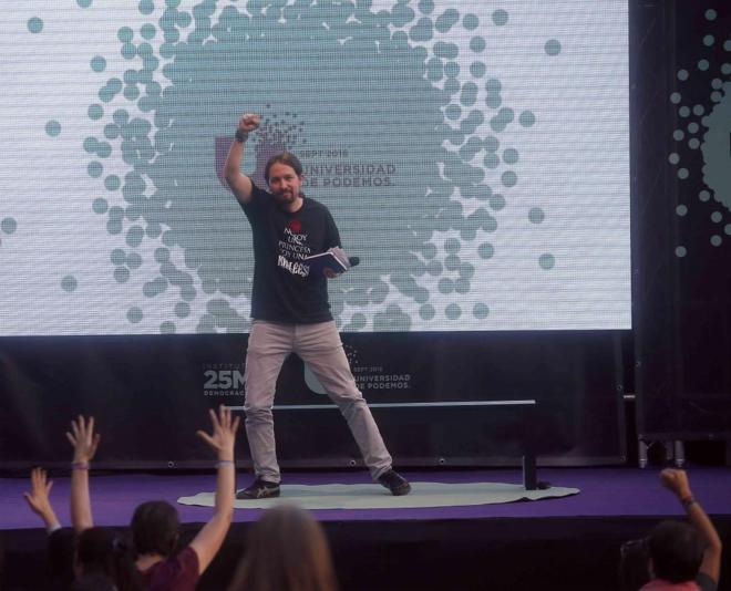 Pablo Iglesias saluda con el puño en alto en un acto de Unidos...