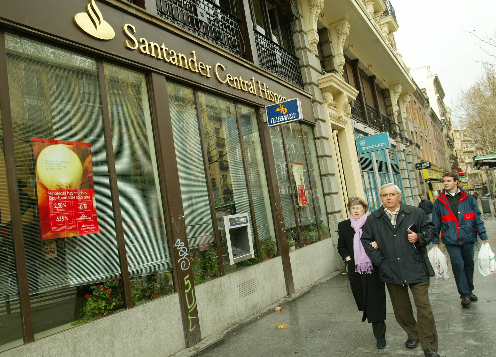 Diferentes sucursales bancarias en una calle principal de Madrid