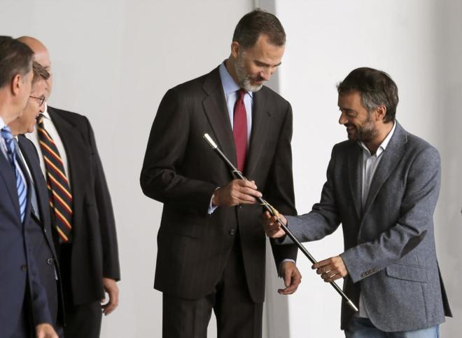 El alcalde de A Coruña, Xulio Ferreiro, entrega un bastón de mando...