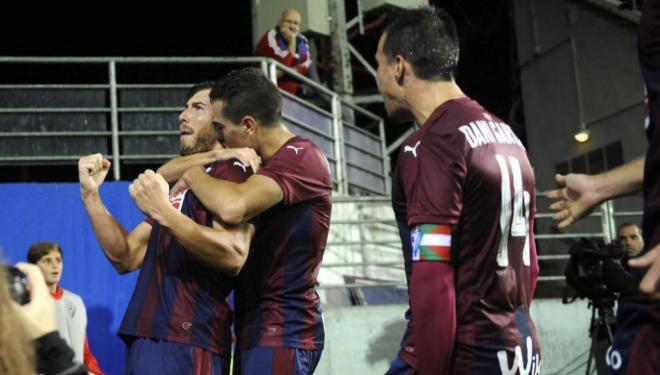 Enrich es felicitado por Escalante tras marcar el 2-2 ante Osasuna.