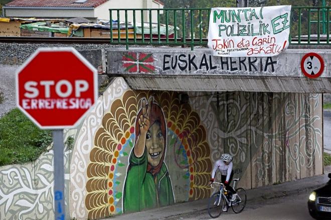 Imagen de Alsasua (Navarra), con pintadas 'abertzales' y una pancarta...