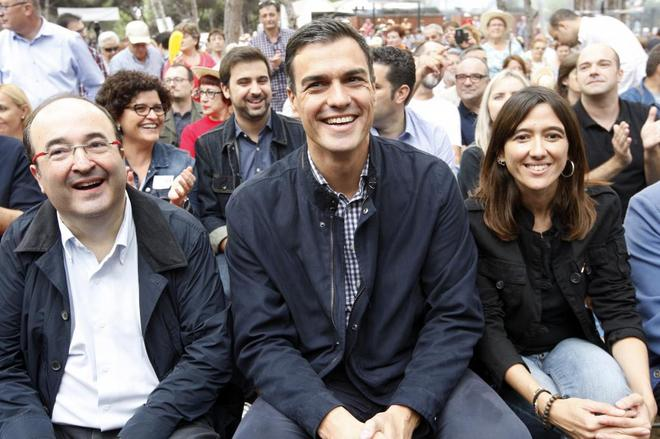 Pedro Sánchez acompañado de la directiva del PSC, Miquel Iceta y Nuria Parlon.
