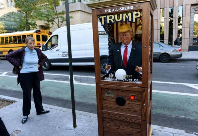 Una atracción infantil con la imagen de Donald Trump, en Washington Square, Nueva York.