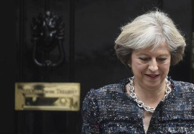 La primera ministra británica, Theresa May, sale de la residencia oficial del 10 de Downing Street.