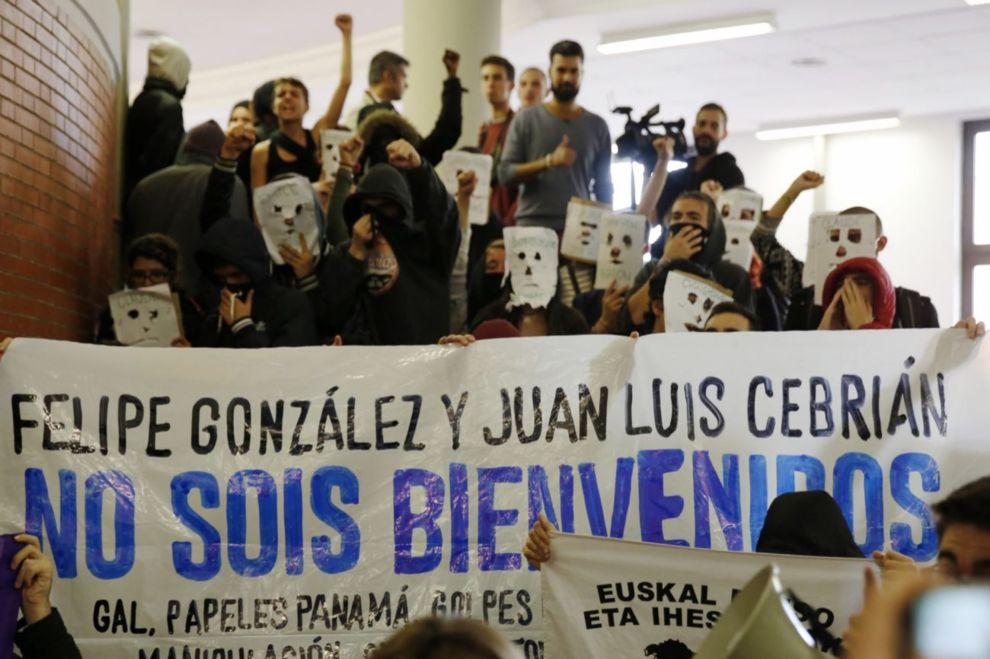 Los manifestantes portaban pancartas con mensajes contra el ex...