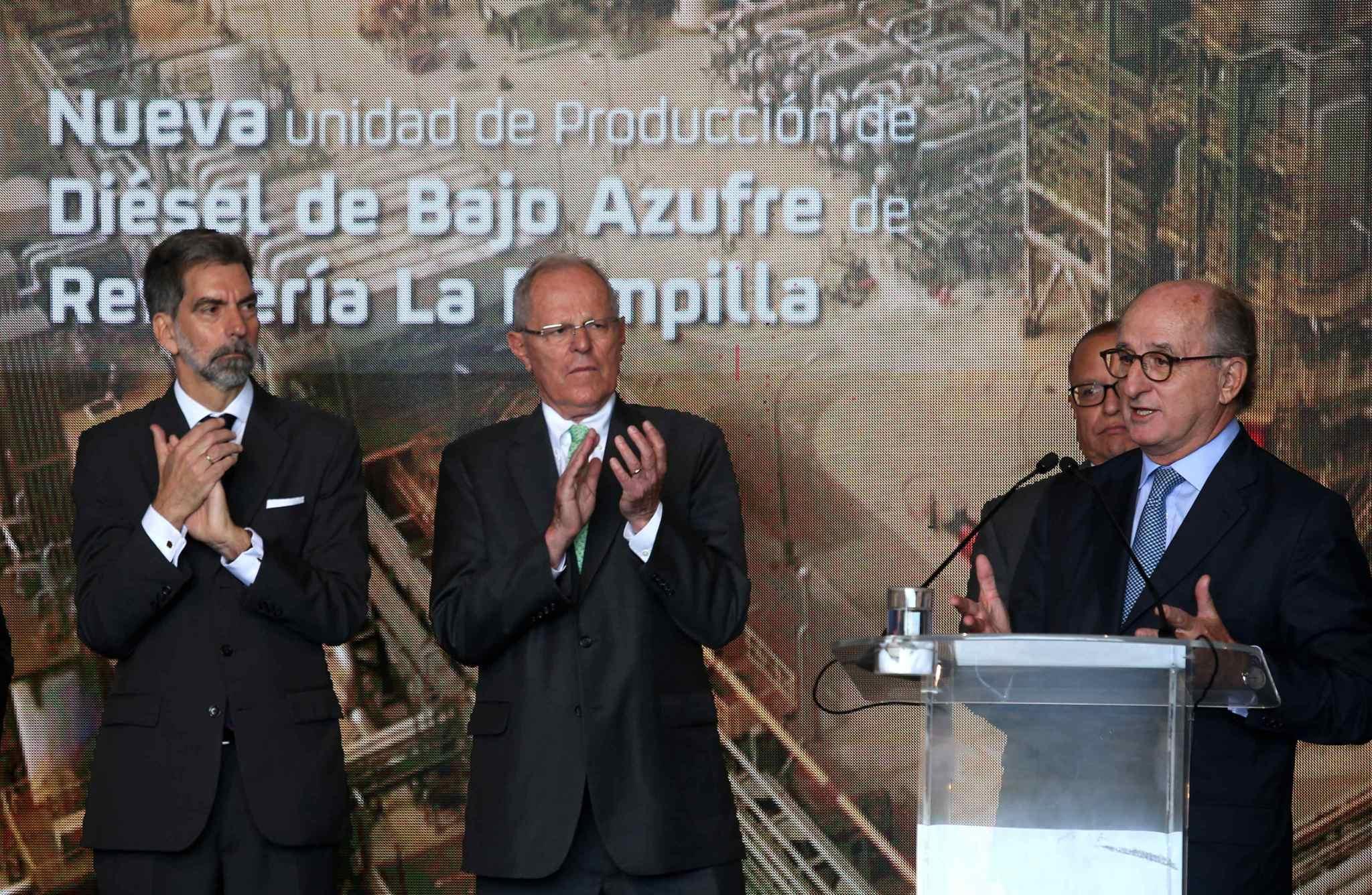 El mandatario peruano, Pablo Kuczynski (c), el presidente de Repsol, Antonio Brufau (d), y el embajador español en Perú, Ernesto de Zulueta.