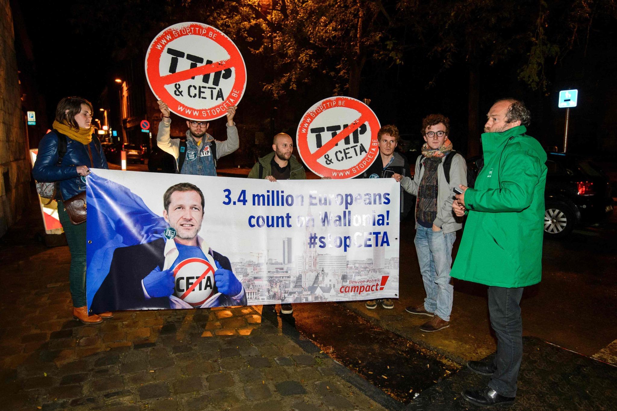 Un grupo de manifestantes protesta ante el Parlamento de Valonia durante la reunión para la firma del Tratado de Libre Comercio