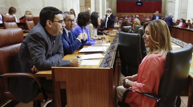 La presidenta de la Junta de Andalucía, Susana Díaz, con el portavoz...
