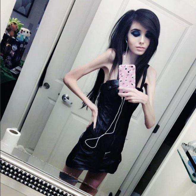 55aa6c34bf Piden que YouTube cierre el canal de una joven por inducir a la anorexia
