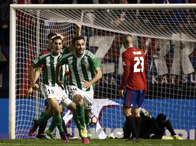Pezzella (2-i) y  Alegría celebran el gol de la victoria del Betis ante Osasuna.