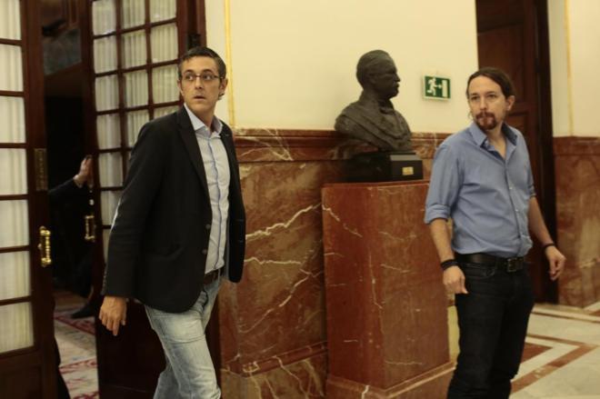 Eduardo Madina y Pablo Iglesias, en el Congreso de los Diputados.
