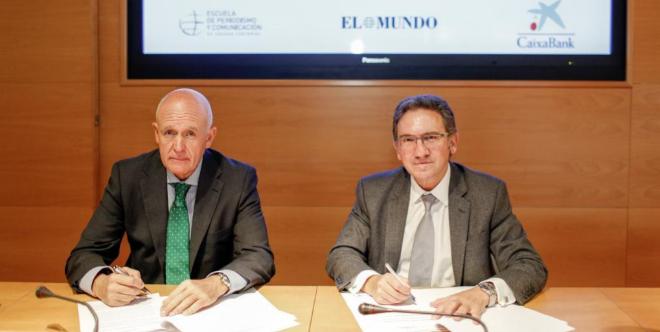 Jesús Zaballa (izqda.) y Jaume Giró firman el acuerdo.
