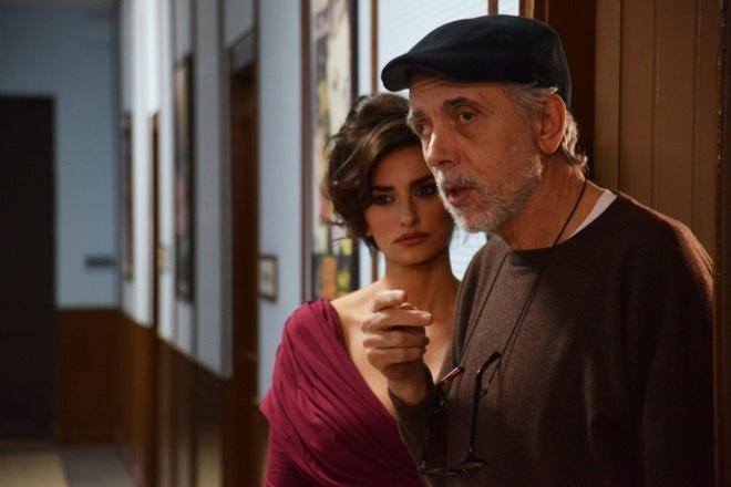 El director Fernando Trueba, junto a Penélope Cruz, en el rodaje de 'La Reina de España'