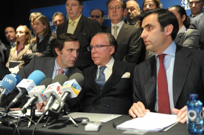 Ruiz-Mateos junto a algunos de sus hijos, en una rueda de prensa en 2011.