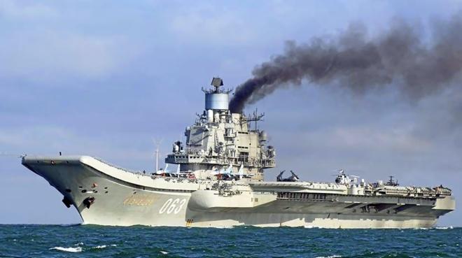 El portaeronaves nuclear ruso «Admiral Kuznestov», el buque insignia de la flotilla que se desplaza por el Estrecho rumbo a Siria.