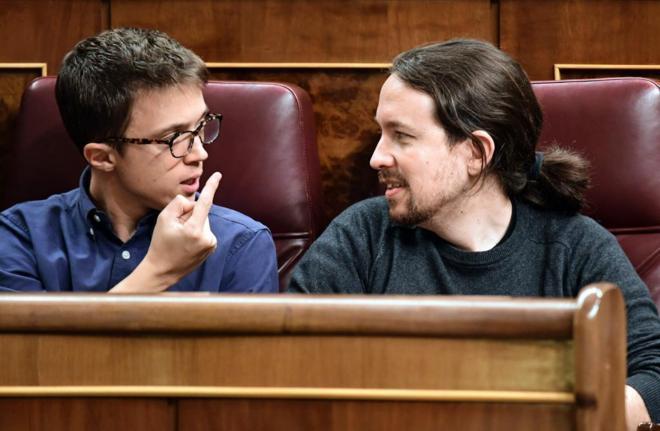 Íñigo Errejón y Pablo Iglesias, en sus escaños del Congreso.