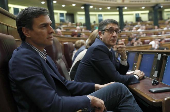 Pedro Sánchez junto a Patxi López este miércoles en el Congreso.