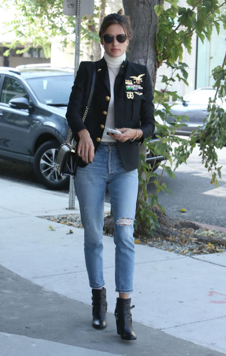 La top combina jeans con top de cuello alto y blazer entallada de...