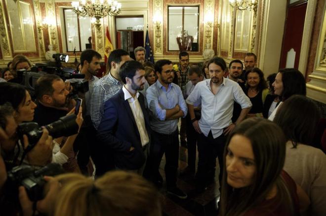 Los diputados de Unidos Podemos tras abandonar el Pleno a modo de...