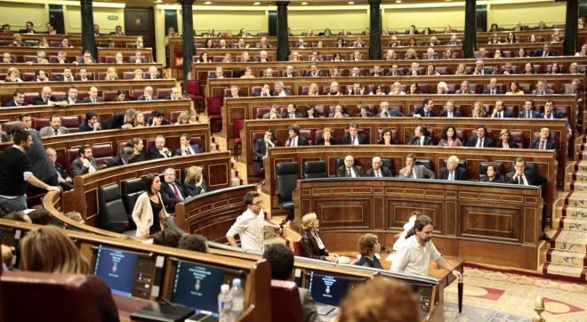 Diputados de Unidos Podemos abandonan el Pleno del Congreso.