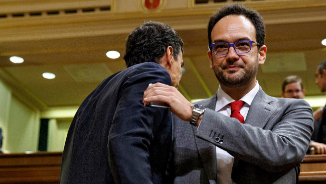 Pedro Sánchez y Antonio Hernando se saluda fríamente en el Congreso...