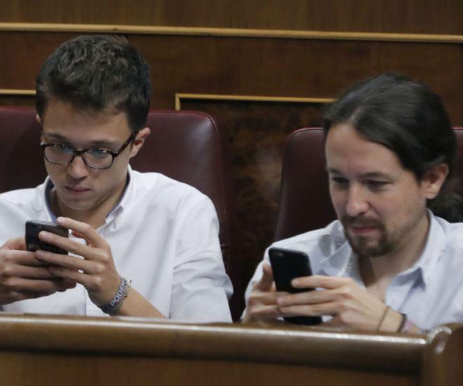 Íñigo Errejón y Pablo Iglesias durante el debate de investidura en el Crongreso